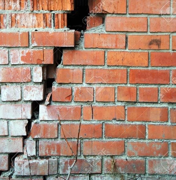 Mur de briques rouge fissuré