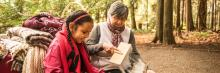 Ainee autochtone enseigne a une jeune autochtone