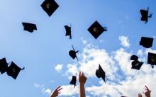 Couvrechefs de graduation lancés dans les aires