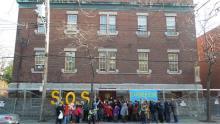 Groupe devant un édifice qui lance un SOS
